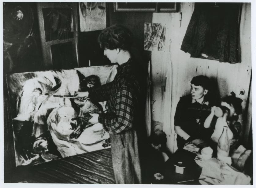 Billede af Carl-Henning Pedersen i deres lille lejlighed. Han maler.