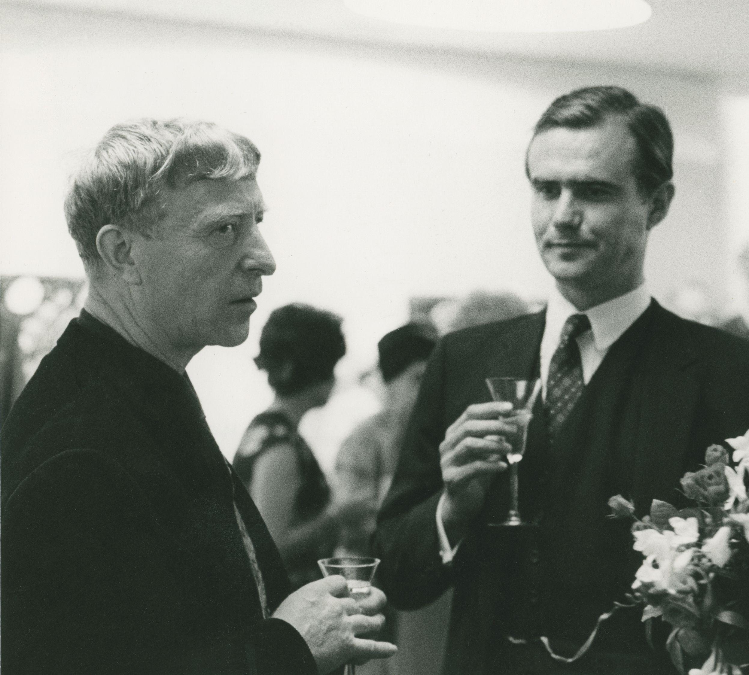 Kunstner møder aspirerende kunstner… Carl-Henning Pedersen og Prins Henrik ved åbningen af Carl-Henning Pedersens udstilling i Helsinki 1968, året før prinsen selv debuterer som skulpturkunstner.