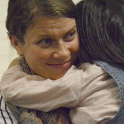 Vilja krammer barn