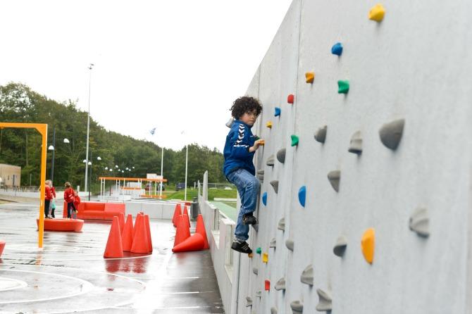 Dreng på klatrevæg