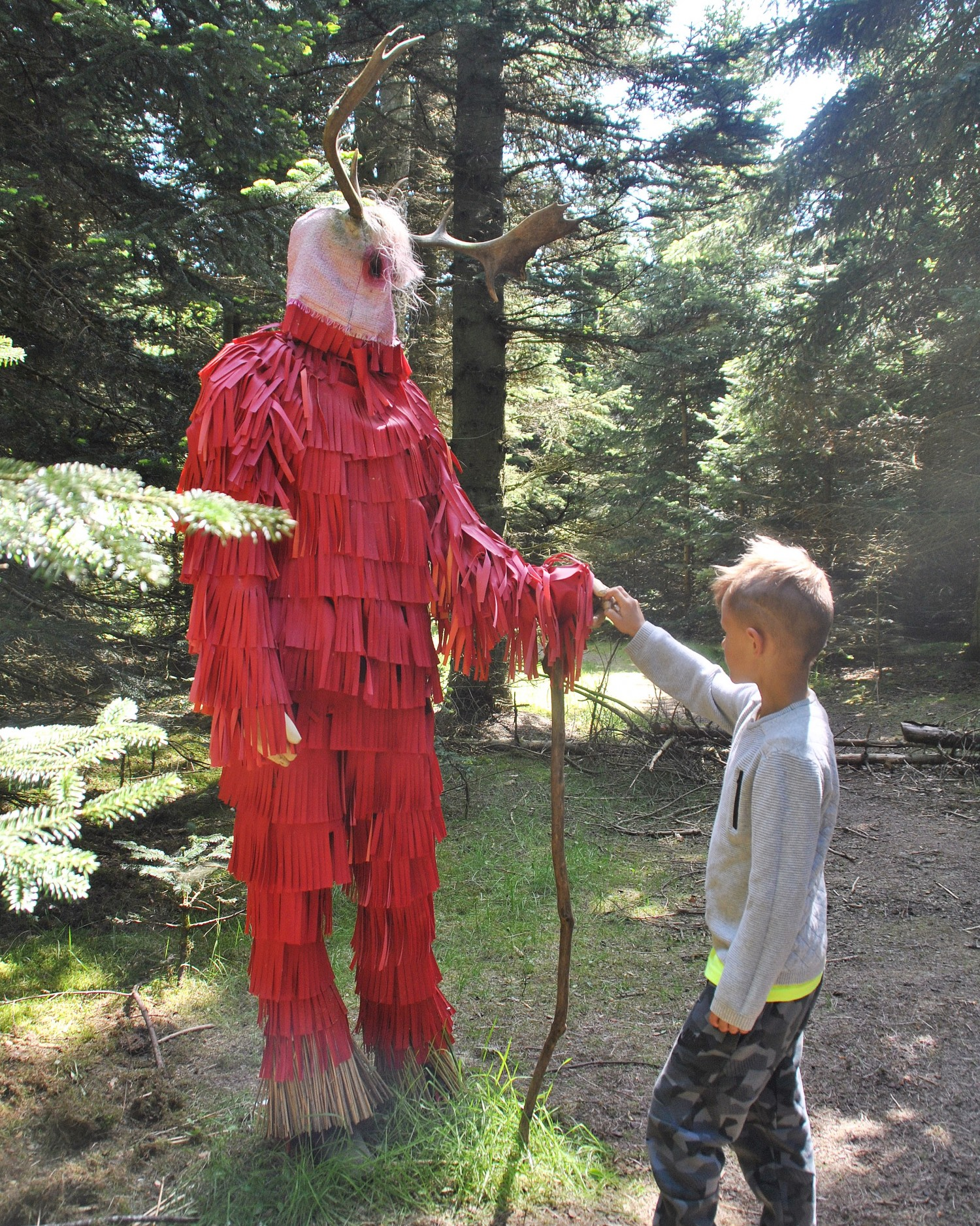 Dreng ved kunstværk Vogterne af Lærke Lauta