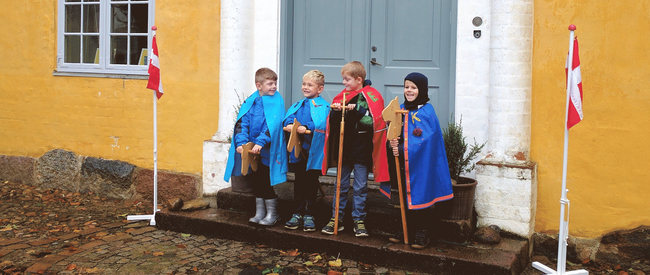 børn forklædt som adelsmænd og damer