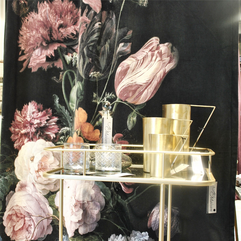 barbord med blomster i baggrunden