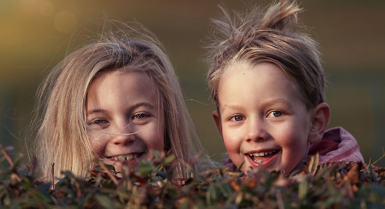 glade børn i efterårsnatur