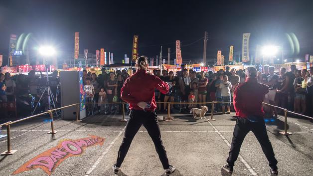 dansende mænd og publikum