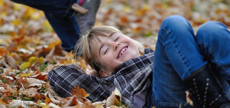 Billede af pige i efterårsblade