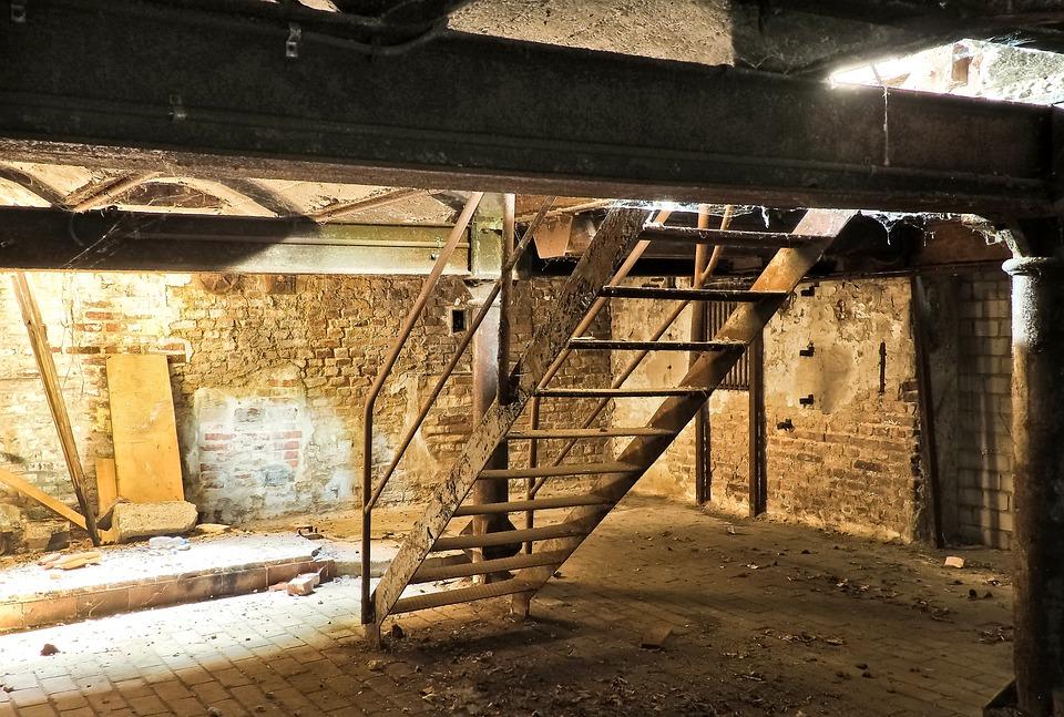 illustration af forladt fabrikslokale i kælder