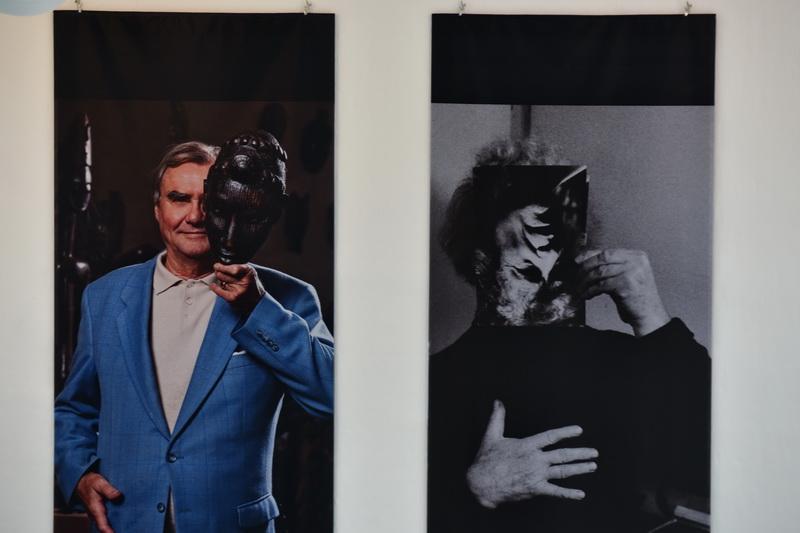 HKH Pirns Henrik og Carl-Henning Pedersen - begge holder en maske op foran ansigtet.