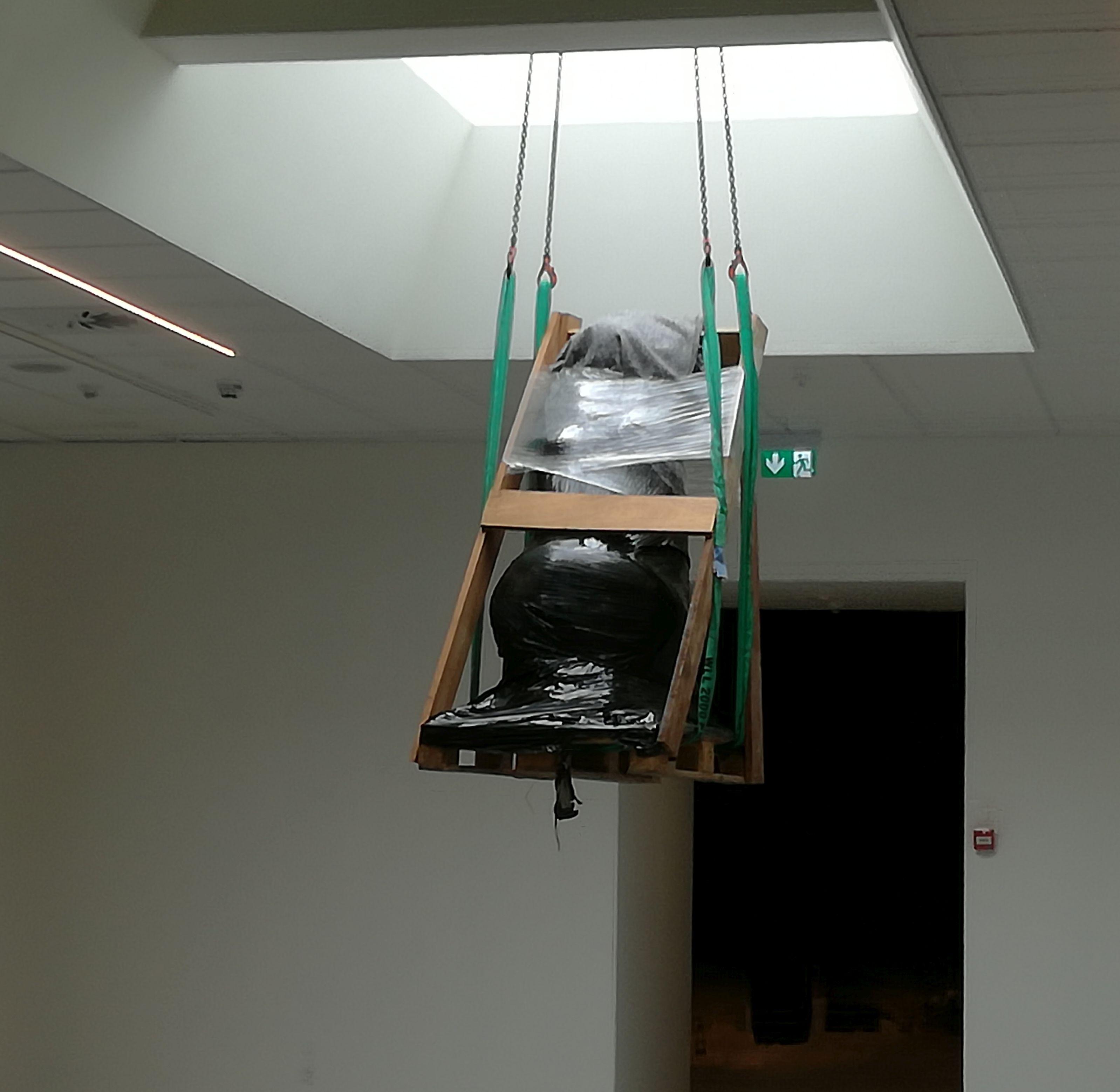 skulptur på vej ned gennem ovenlysvindue