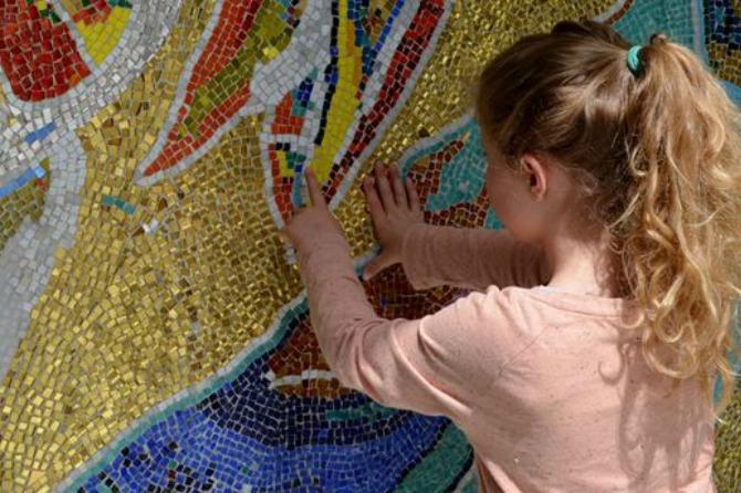 Pige ved kunstmosaik