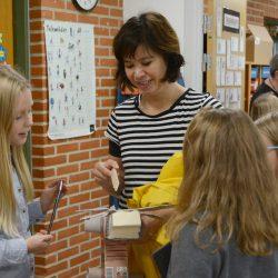 Marije taler med skolebørn