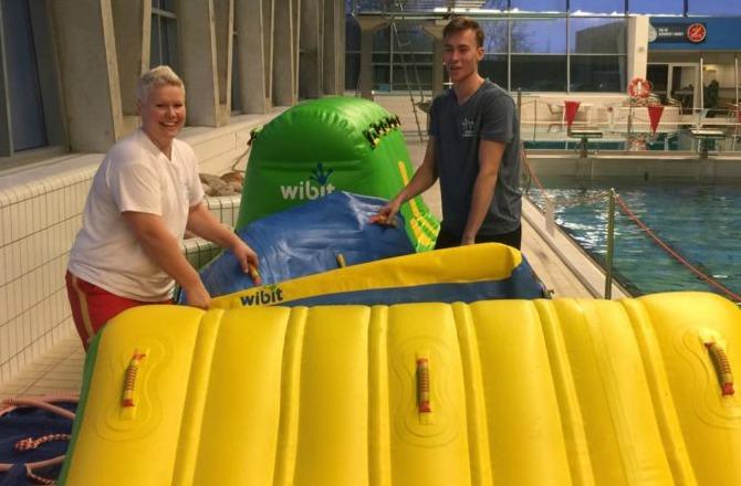 Forhindringsbane i svømmehal