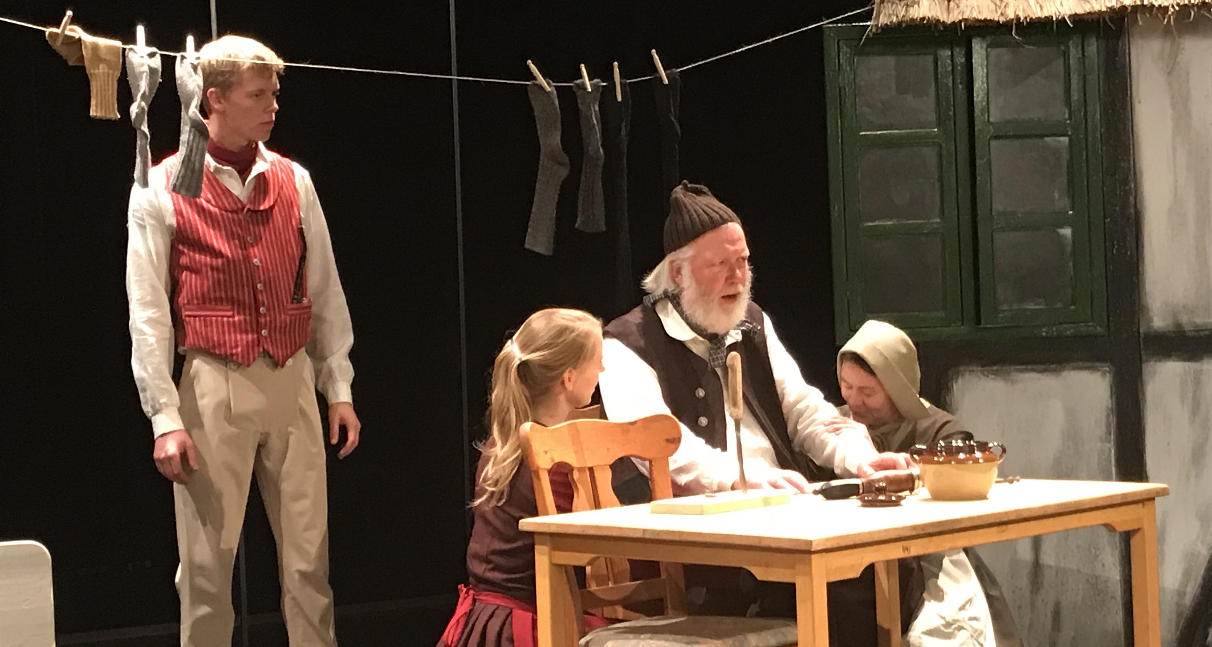 Daniel Kjær Holmberg spiller unge Esben der elsker Cecil, hosekræmmerens datter. Her øver han sammen med Mette-Maria Øyen. Foto: Operaen i Midten