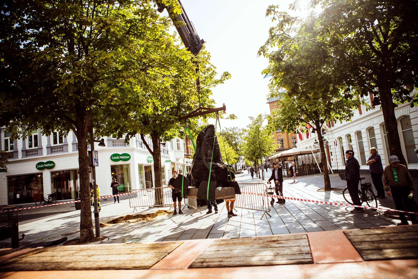 Flytning af Seated Woman august 2019. Foto: Tobias Nørgaard Pedersen / Herning Kommune