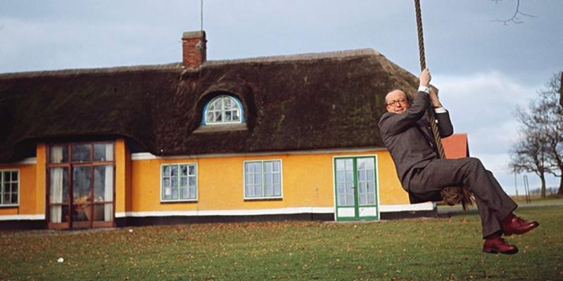Aage Damgaard foran sit hus