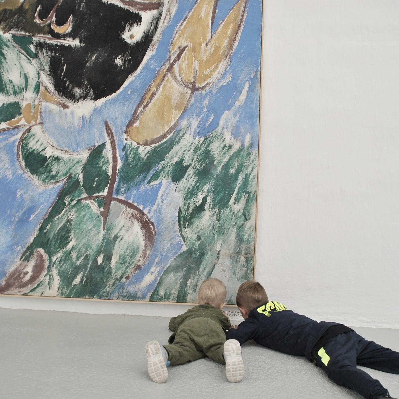 børn kigger på kunst