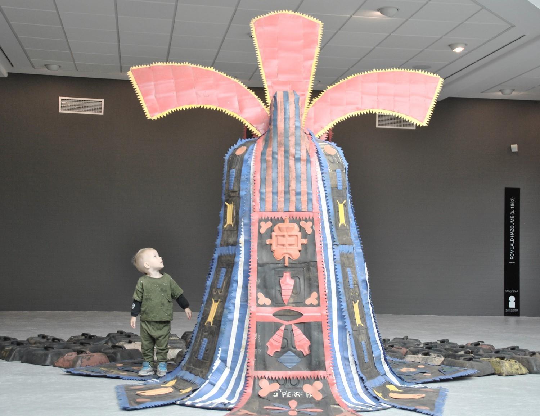 Barn ved kunstværk
