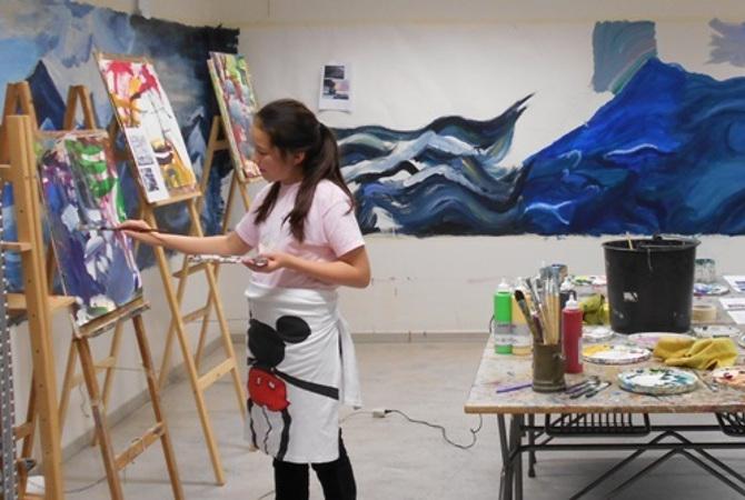 Pige der maler på Herning Billedskole