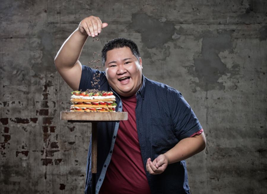 Foto af Micki Cheng med kage