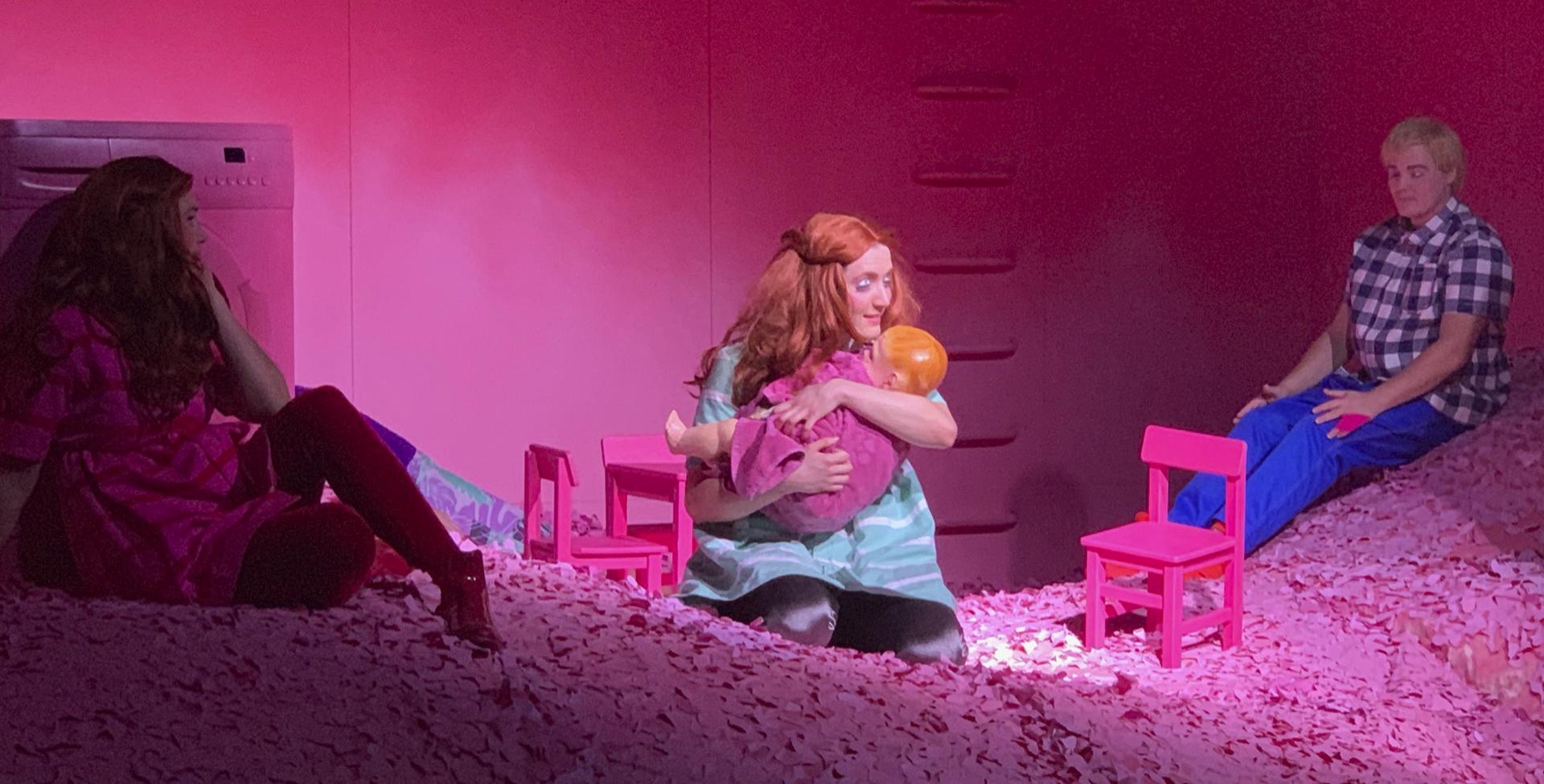 Skuespillerne har arbejdet med Mombie på samme måde som hvis salen blev fyldt med publikum og de er klar til streamingerne inden længe: Foto: Team Teatret.