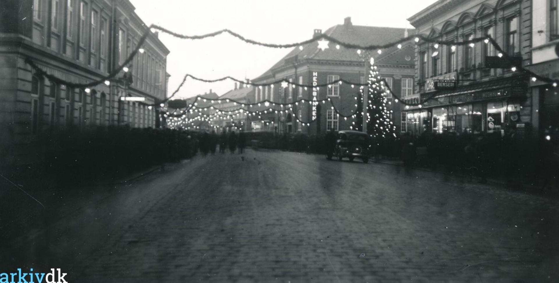 Julebelysning og juletræ på Torvet, årstal ukendt, arkiv.dk