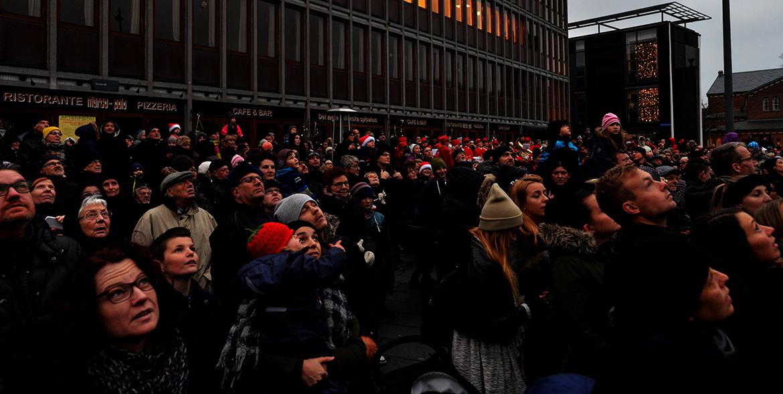 Mennesker kigger OP på byens juletræ